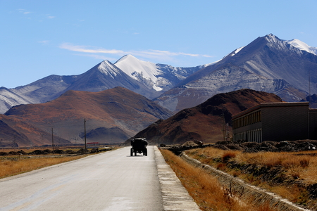 falltime: Road tract on the Southern Friendship Highway on route from Nagarze city up to Karo La-mountain pass in the Lhagoi Kangri range of the Himalayas. Lhoka or Shannan pref.-Tibet. Stock Photo