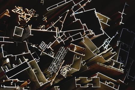 ironmongery: Perfiles met�licos fijados a la venta fuera de una tienda de hardware en un mercado callejero del 3840 ms.high Shigatse ciudad-condado y la prefectura en el Yarlung Tsangpo y Nyang Chu r�os confluencia. Tibet-China. Foto de archivo