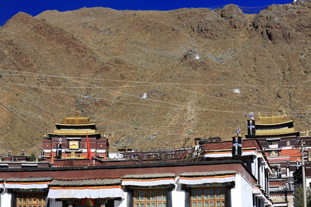 orison: Fabric covered dhvajas-victory banners and other ashtamangala-auspicious symbols on the roof of the buildings of the Tashilhunpo-Heap of Glory buddhist monastery seat of Panchen Lama. Shigatse city-county and pref.at the Yarlung Tsangpo and Nyang Chu rive Stock Photo