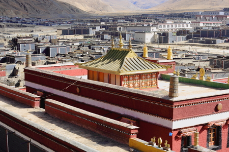 tableland: Red-grey-white painted city buildings and modern temple on the grounds of the ancient North Seat of the monastery. Right bank of Chong Chu-river at the foot of Ponpori hill-Sakya-Shigatse pref.-Tibet. Stock Photo