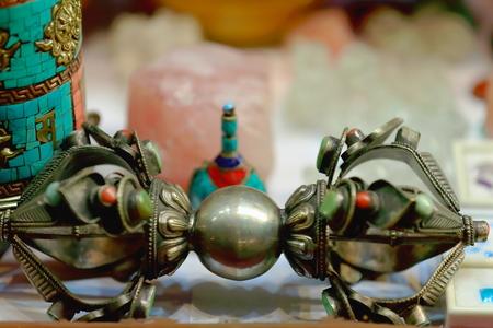 firmeza: herramienta ritual vajra-rayo-diamante del hinduismo-budismo-jainismo simboliza indestructibilidad -diamond- y -thunderbolt- fuerza irresistible a la venta en una tienda de recuerdos en Thamel, Katmandú en Nepal.