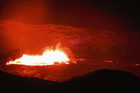 resplandor: Más largo del mundo existente lava ardiente lago data de 1906 en la montaña basáltica del volcán Erta Ale escudo fumadores en 613 cráter ms.high-elíptica de 0,7 x 1,6 kilómetros. desierto de Danakil-Afar-región de Etiopía.