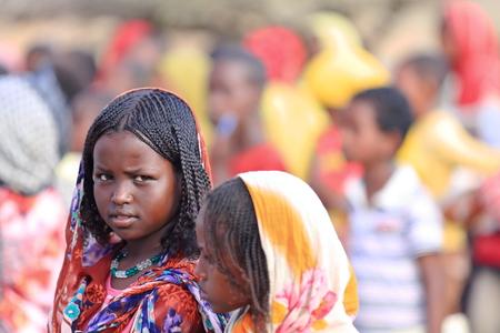 žák: BERAHILE, ETHIOPIA-březen 29: Místní dívky čekat v řadě na hřišti pro své učitele.signal vstoupit do svých školních učebny 29. března 2013. Berahile město-Afar oblast-Etiopie.
