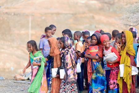 BERAHILE, ETHIOPIA-březen 29: Místní dívky a chlapci čekat v řadě na hřišti pro své učitele.signal vstoupit do svých školních učebny 29. března 2013. Berahile město-Afar oblast-Etiopie.