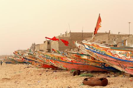 Guet Ndar vissen kwart Langue de Barbarie Sandstrip is gekoppeld aan St.-Louis eiland door Mustapha Malik Gaye brug. Hier bijna alle mannen zijn vissers-houten prauwen te vissen. St.-Louis-du-Senegal.