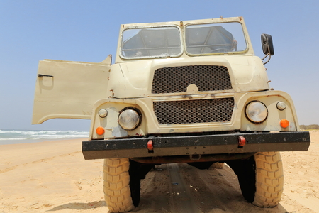 Old all-terrain truck for the transportation of tourists around the periphery of Lac Retba-Lac Rose-Pink Lake as sort of roller coaster up and down the dunes to finally stop on the beach for swimming. Foto de archivo