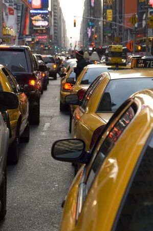 line up: New York taxi in linea di traffico