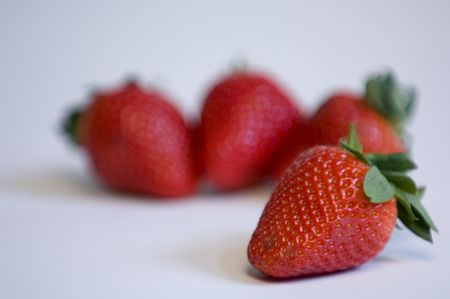 One strawberry in focus with others out of focus 版權商用圖片