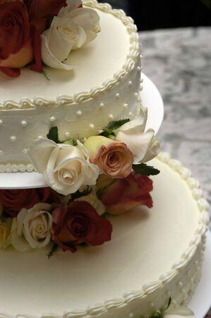 boda pastel: Pastel de bodas con flores  Foto de archivo