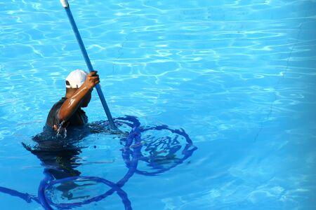 the worker cleans the pool Zdjęcie Seryjne