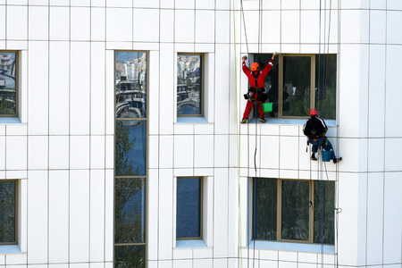 Workers wash the facade of a high-rise building Zdjęcie Seryjne