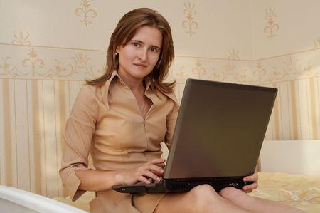 Jonge vrouw met laptop Stockfoto