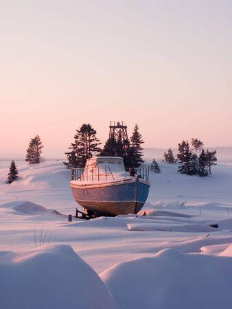 Klein schip op de kust van de Witte Zee, Rusland