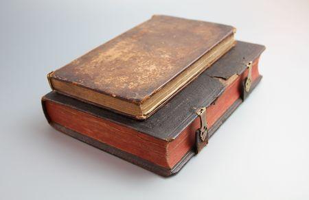 Antieke boeken op wit