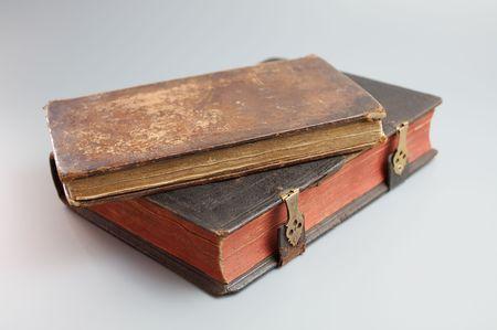 Antiek boek op grijs Stockfoto