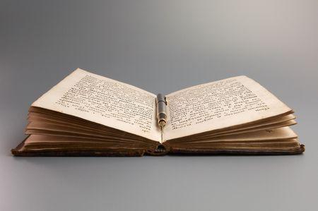 Pen op antieke boeken
