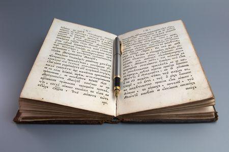 Pen op antieke boek Stockfoto
