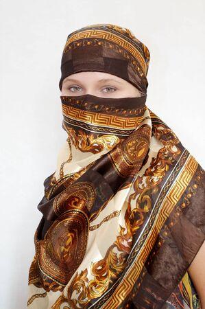 mujer con corbata: Ate una mujer joven kerchief ronda la cabeza