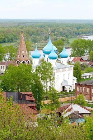 reverential: Paese vecchio tempio in primavera, Gorokhovets, la Russia  Archivio Fotografico