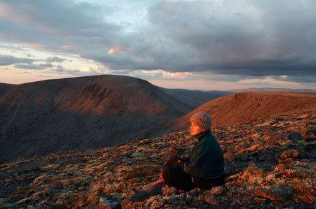 Jonge vrouw ontspannen in de bergen Stockfoto
