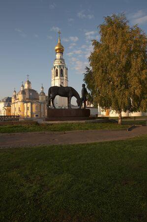 reverential: Statua di Bat'ushkov e la vecchia chiesa di Vologda Archivio Fotografico
