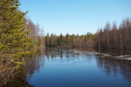 Lente tij op noordelijke rivier