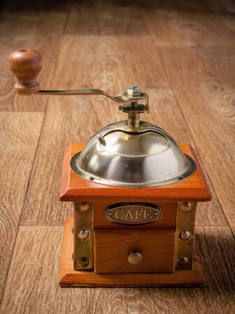 molinillo: Retro coffee grinder on wooden background. Old manual coffee grinder Foto de archivo