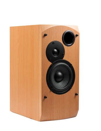 PARLANTE: Altavoz aislado en el fondo blanco. altavoces de audio en una caja de madera