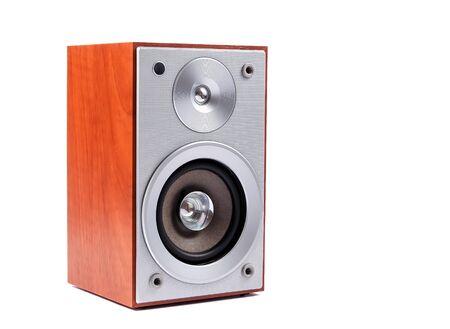 sonido: Sistema de sonido est�reo aislado en el fondo blanco. altavoces est�reo en el caso de madera Foto de archivo