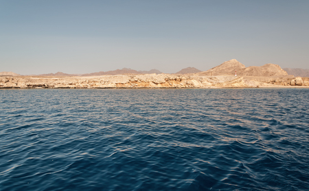 Sinai mountains and picturesque landscapes of the red sea in Egypt. Boat trip on the red sea. 版權商用圖片 - 119134824