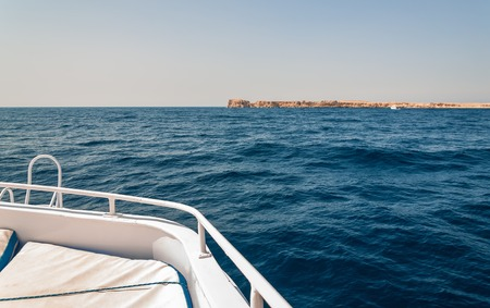 Sinai mountains and picturesque landscapes of the red sea in Egypt. Boat trip on the red sea. 版權商用圖片 - 119135019