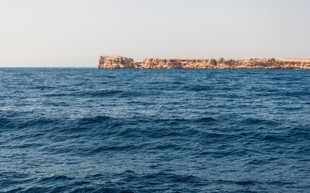 Sinai mountains and picturesque landscapes of the red sea in Egypt. Boat trip on the red sea. 版權商用圖片 - 119135020