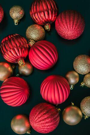 彼らはクリスマス ツリーに置かれるを待っているテーブルに座っている玉の装飾品は上から撮影、赤とゴールドのクリスマス 写真素材