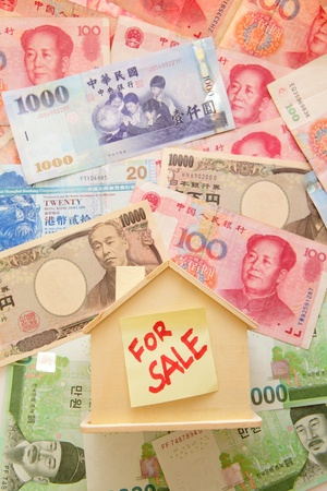 unemployment rate: A house for sale located on money land Stock Photo