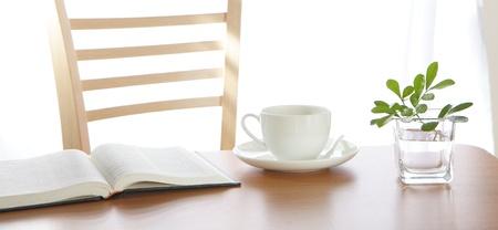 decoracion mesas: caf� Copa libro y de la planta en la mesa de madera Foto de archivo