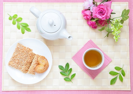 leisurely: refined and leisurely tea time with cookie and beautiful flowers  Stock Photo