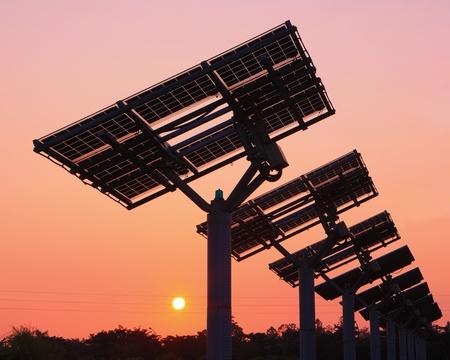 silicio: silueta del panel solar con hermosa puesta de sol Foto de archivo