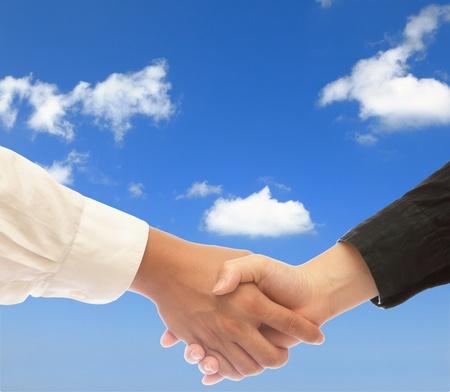pacto: se dan la mano con el cielo azul