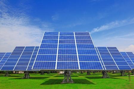 energia solar: Panel solar con hierba verde y hermoso cielo azul