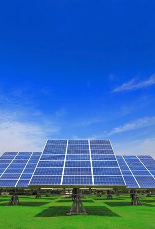 Solar Panel mit grünem Gras und schönen blauen Himmel