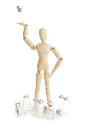marioneta de madera: Figura de madera con la medicina de inyección vial Foto de archivo