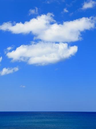편안한 푸른 바다, 하늘과 흰 구름