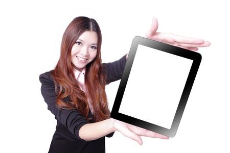 laptop asian: Sonrisa mujer de negocios y mostrar tablet pc aisladas sobre fondo blanco, el modelo es una belleza asi�tica Foto de archivo