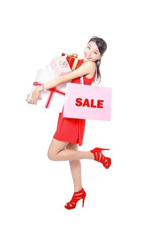 filles shopping: Shopping femme heureuse de prendre sac grand et cadeau isol� sur fond blanc, le mod�le est d'une beaut� asiatique