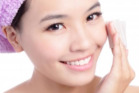 아름 다운 소녀 흰색 배경에 고립 된 클렌징면에서 메이크업 제거, 모델은 아시아의 아름다움