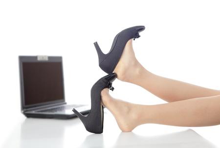 pies sexis: Joven mujer de negocios de belleza quitarse los zapatos de tacones altos en la oficina