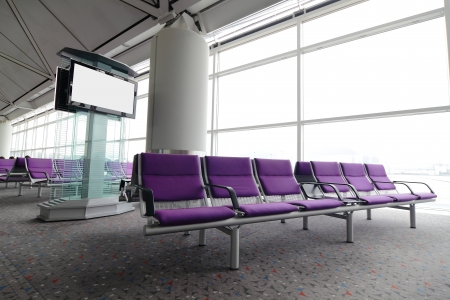 홍콩 공항에서 보라색 의자의 LCD TV와 행