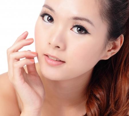 아시아 뷰티 스킨 케어 여자 근접, 측면을 찾고 그녀의 얼굴을 만지고 아름 다운 젊은 여자. 흰색 배경에 고립
