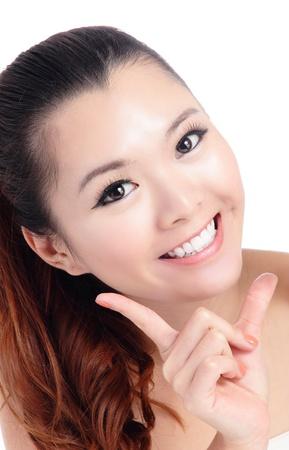 Fresco cara sonriente mujer de cerca con la mano aisladas sobre fondo blanco, modelo es una belleza asi�tica Foto de archivo - 12209034