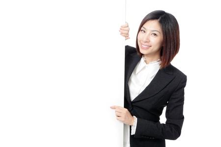 흰색 배경에 고립 된 빈 빌보드를 게재하는 젊은 비즈니스 여자 행복한 미소, 모델은 아시아의 아름다움 스톡 콘텐츠